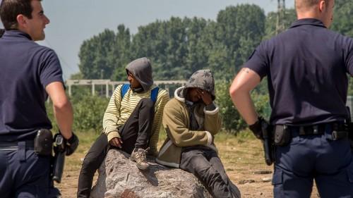 des-policiers-surveillent-des-migrants-a-calais-le-1er-juin-2017_5897721.jpg