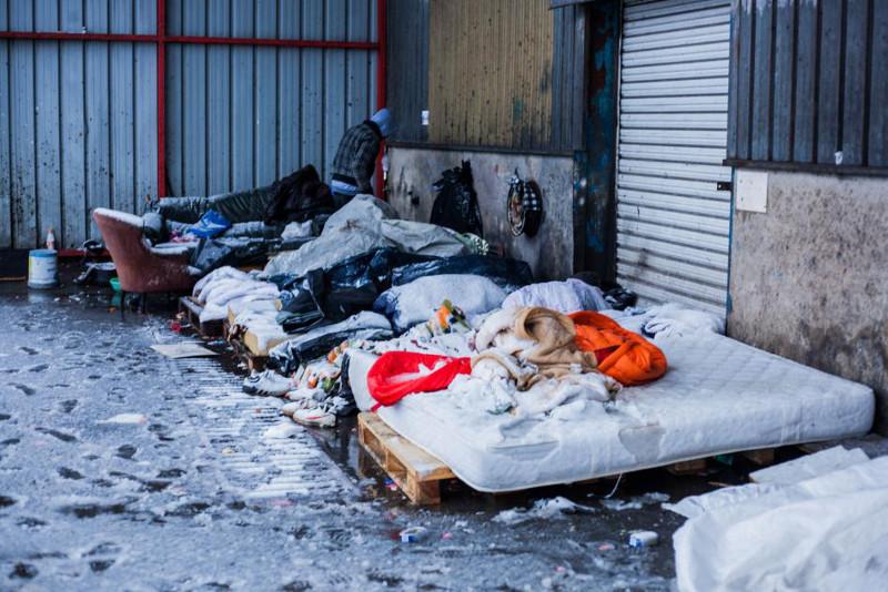 Des migrants dorment dans la neige à Calais