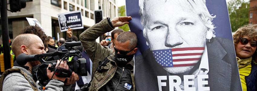 Assange, à peine capable de parler, a été transféré à l'hôpital de sa prison (Sputnik)